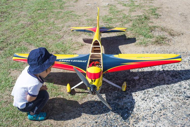 北九州で奥さんのお父さまのラジコン飛行機に興奮する叶大