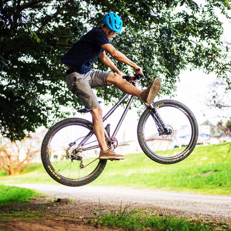 多摩川サイクリングロード 草バンクでcroMOZU275に乗りバニーホップキャンキャンをするサモ
