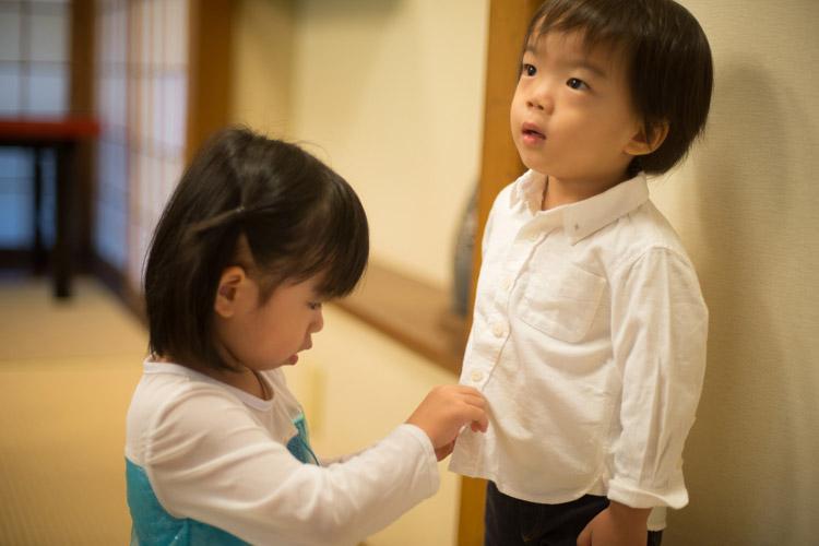従姉妹のお姉ちゃんにシャツのボタンを止めてもらう叶大