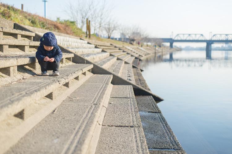 多摩川河原を探検する叶大
