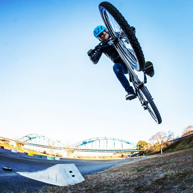 croMOZU275 3rd TEST多摩川河原サイクリングコース 携帯ジャンプランプでのバニーホップ180練習