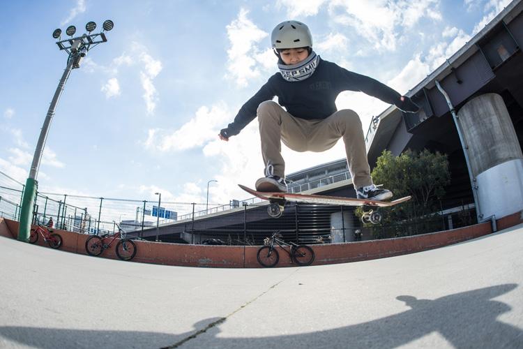 坂本さんの息子さんのスケートボードでのオーリー