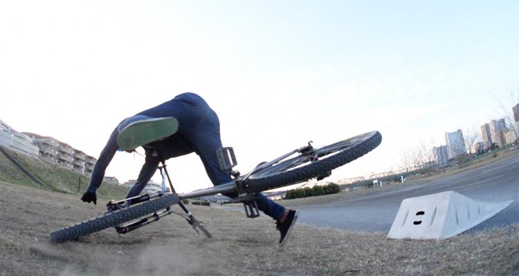 croMOZU275 3rd TEST多摩川河原サイクリングコース 携帯ジャンプランプでの斜め刺しバニーホップ360練習で転倒し曲がるカーボンハンドルバー