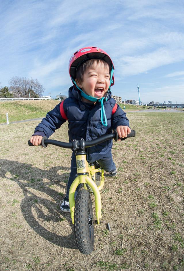 多摩川河原でランバイクCOMMENCAL RAMONES 12に乗る叶大