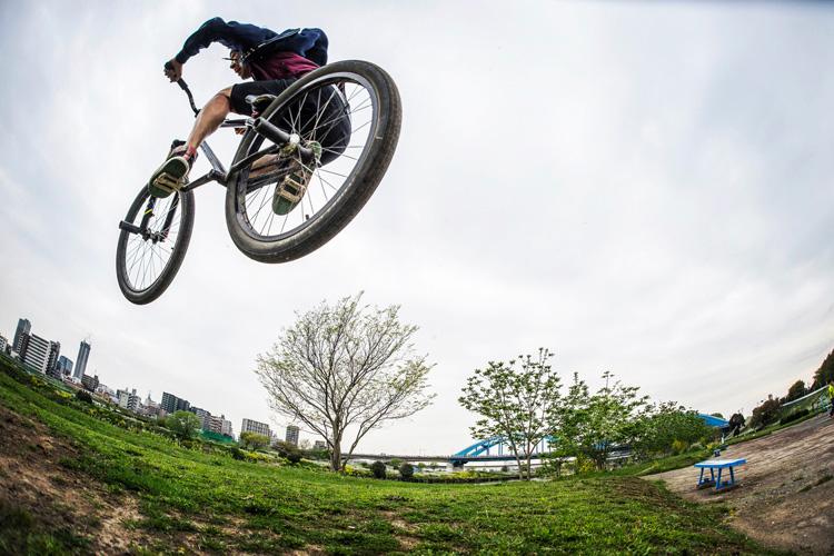 SHAKA 多摩川河原サイクリングコース 斜め刺しバニーホップ