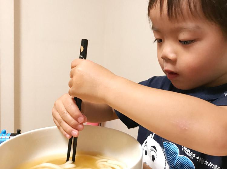 箸の使ってうどんを食べようとする叶大