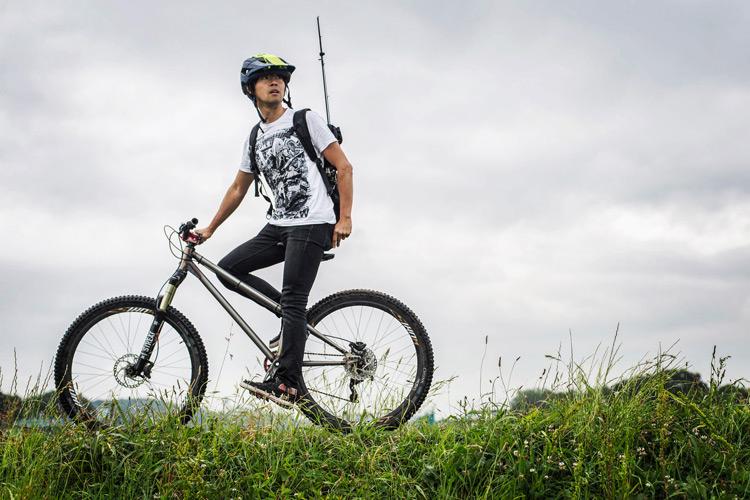 52w-newspaper の Tシャツを着て多摩川河原ダートを MTB croMOZU275でサイクリング