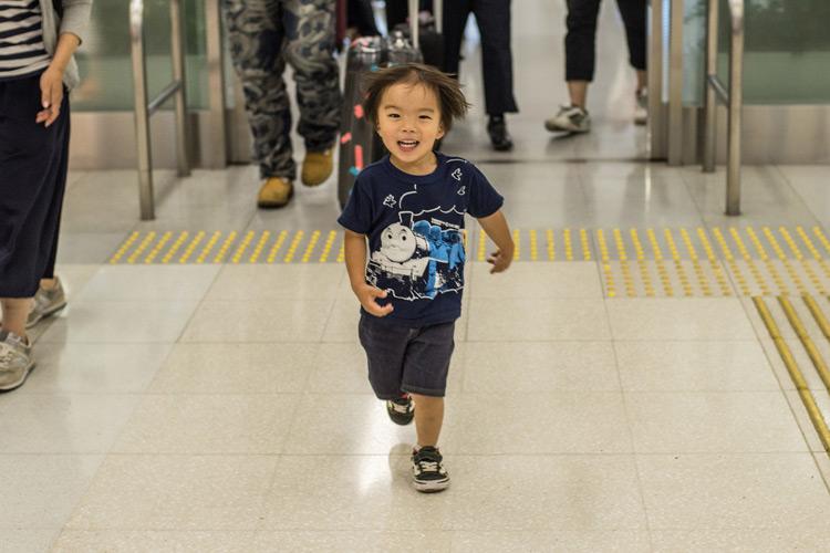 羽田空港の出口から走ってくる叶大