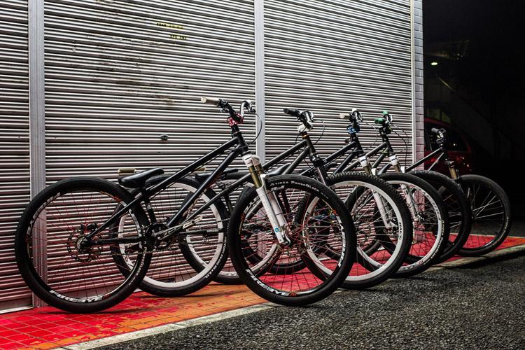 「スポーツバイクファクトリーふじみ野スズキ」で毎週金曜夜に開催されているMTBストリート練習会「サタジュク」のakaMOZU4台