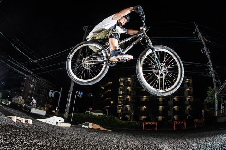 「スポーツバイクファクトリーふじみ野スズキ」で毎週金曜夜に開催されている「サタジュク」の佐多さんのバニーホップ