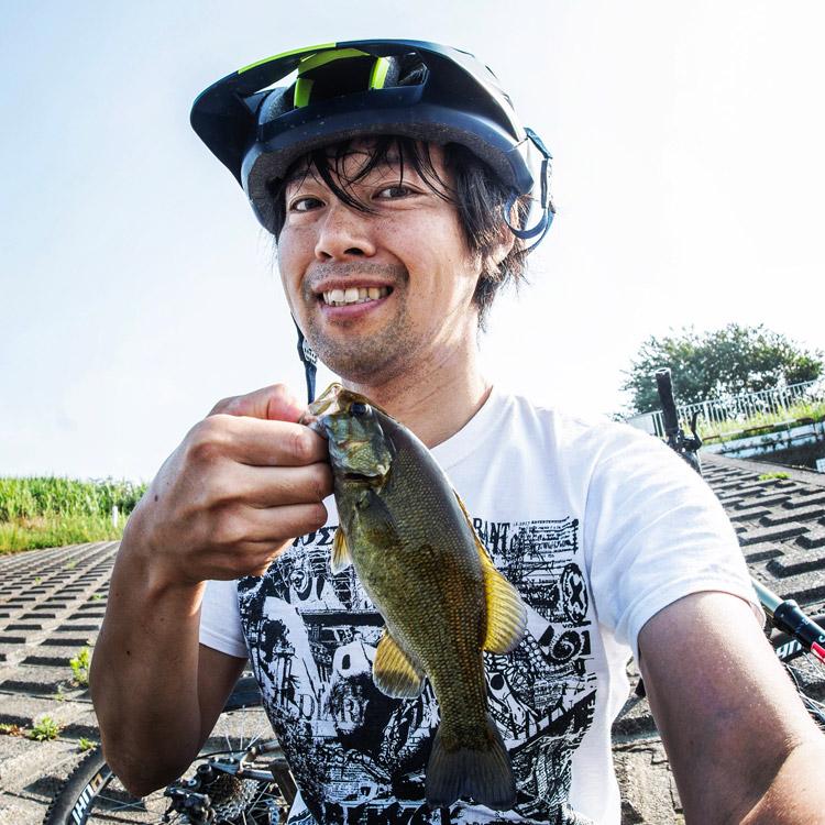 朝活BIKE&FISHで釣れたスモールマウスバス 52w-newspaper プリントTシャツを着て