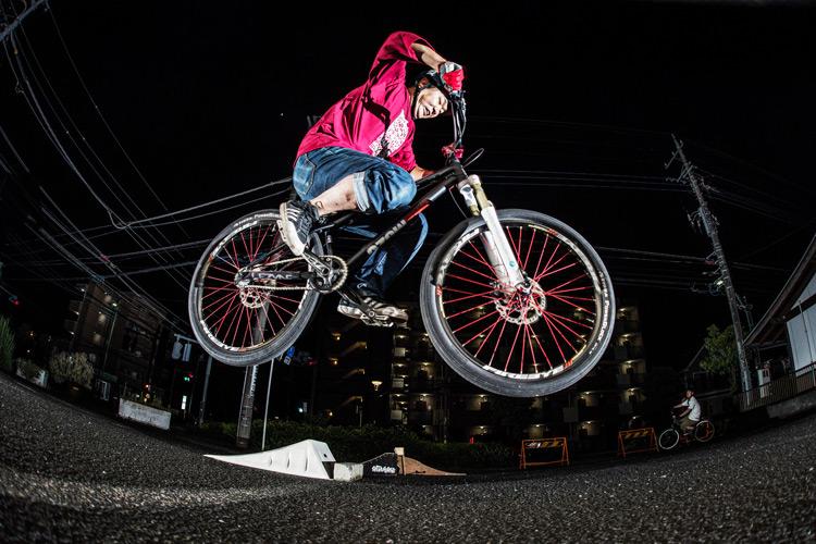 「スポーツバイクファクトリーふじみ野スズキ」で毎週金曜夜に開催されている「サタジュク」のmiuraさんのバニーホップ