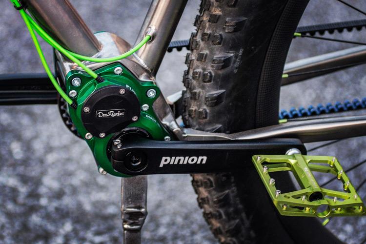 内装式変速ユニット「PINION」が組み込まれた29erプラスのチタンバイク