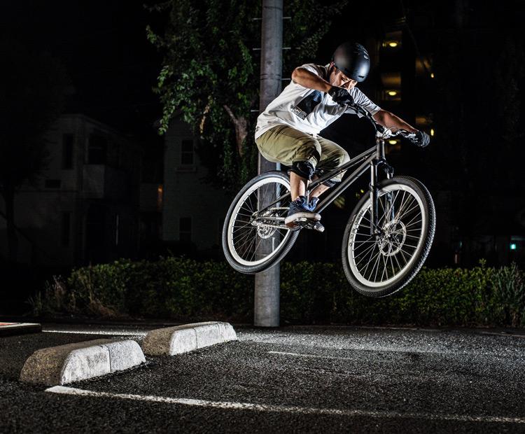 「スポーツバイクファクトリーふじみ野スズキ」で毎週金曜夜に開催されている「サタジュク」の佐多さんのファイアークラッカー