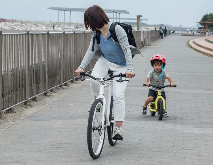 城南島海浜公園でランバイクCOMMENCAL RAMONES 12に乗る叶大と小鉄に乗る奥さん