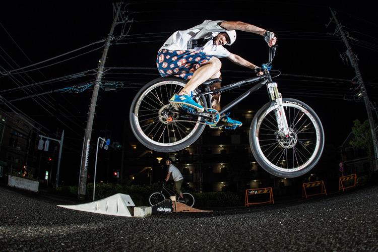 「スポーツバイクファクトリーふじみ野スズキ」で毎週金曜夜に開催されている「サタジュク」の日髙さんのバニーホップ