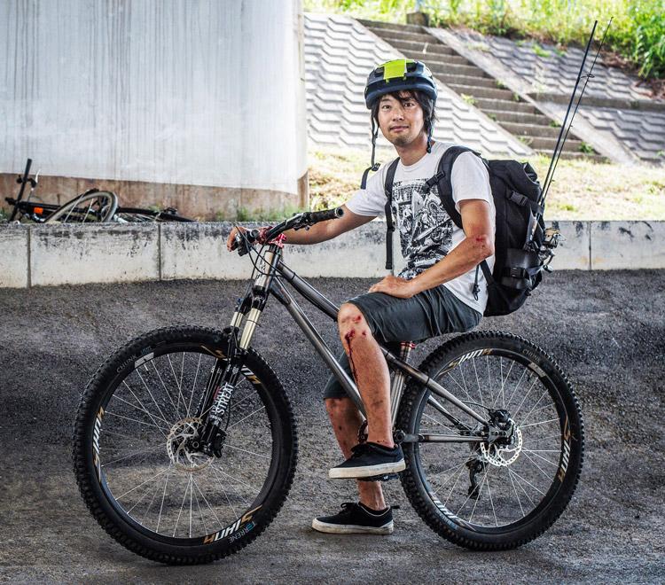 croMOZU275 4th 多摩川河原サイクリングコース 52W NEWSPAPER SLACKスニーカー