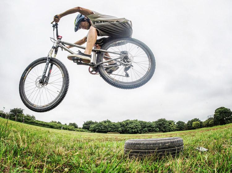 croMOZU275 4th 多摩川河原サイクリングコース クルマのタイヤでファイアークラッカー