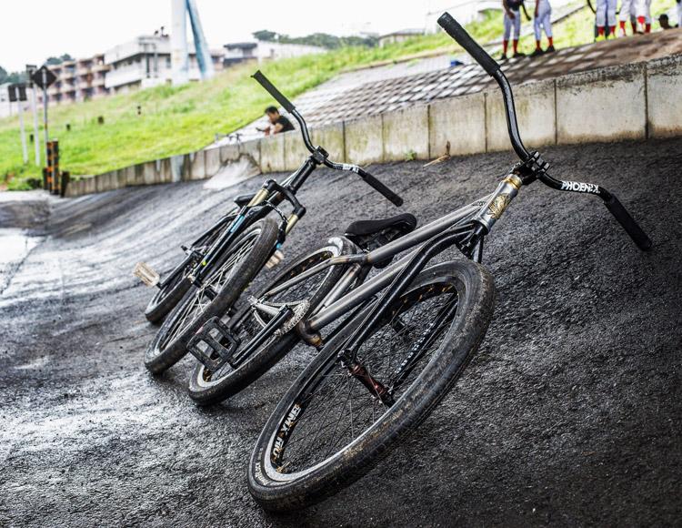 松平さんとサモのSHAKA24バイク