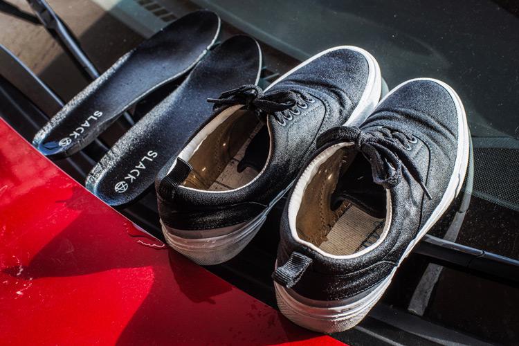 日本発スニーカーブランド SLACK(スラック) IDENT-LOW 早くもズブ濡れ
