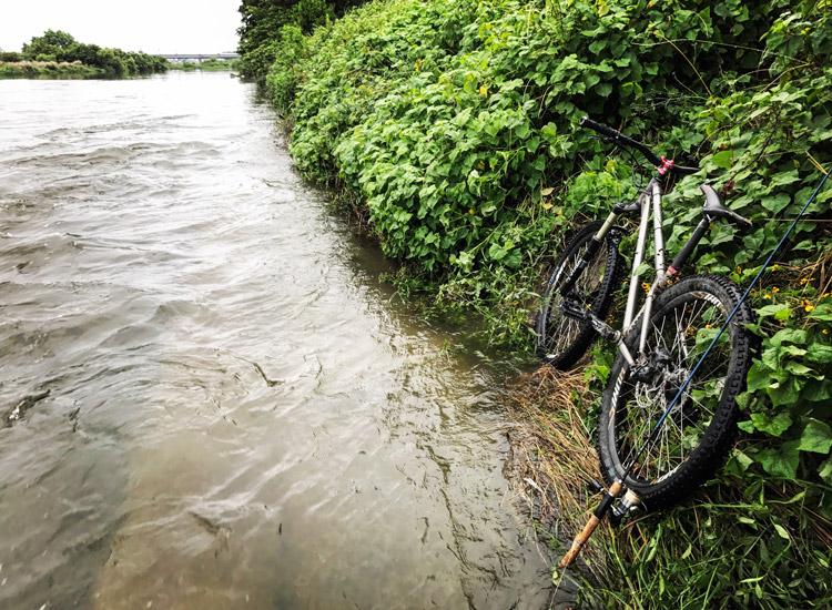濁流の多摩川河原とcroMOZU 4th