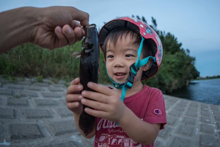 釣れたカワアナゴを触る叶大