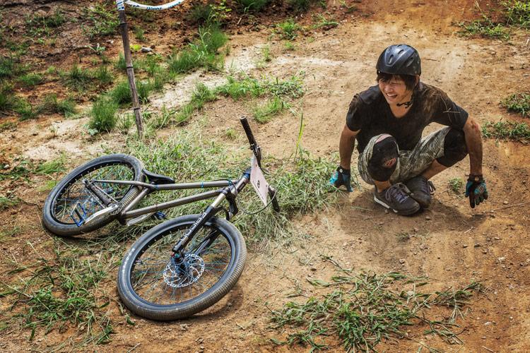 スマイルバイクパークで転びまくりの鈴木雄大君