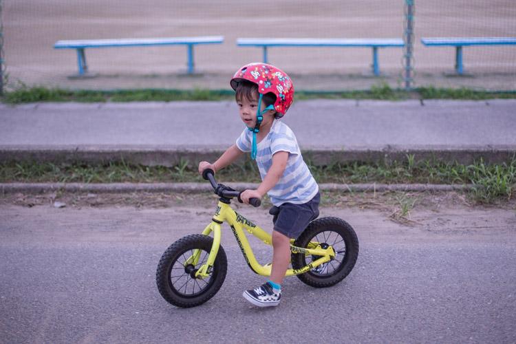 多摩川河原でランバイクランバイクCOMMENCAL RAMONES 12に乗る叶大