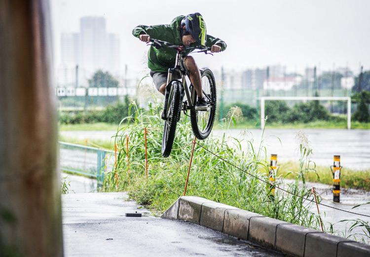 croMOZU275 4th 多摩川河原サイクリングコース 雨の中 縁石で斜め刺しバニーホップ