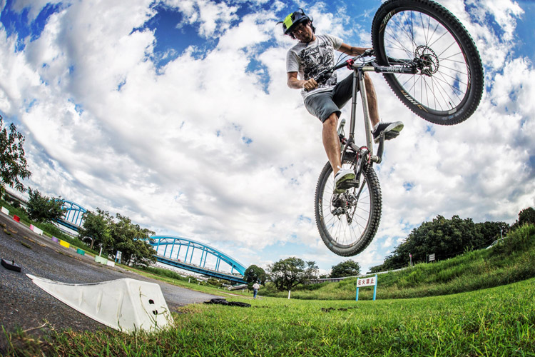 croMOZU275 4th 多摩川河原サイクリングコース 携帯ジャンプランプでの180エアー