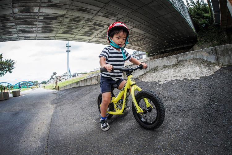 多摩川河原 ランバイク COMMENCAL RAMONES 12 でバンクを走る叶大
