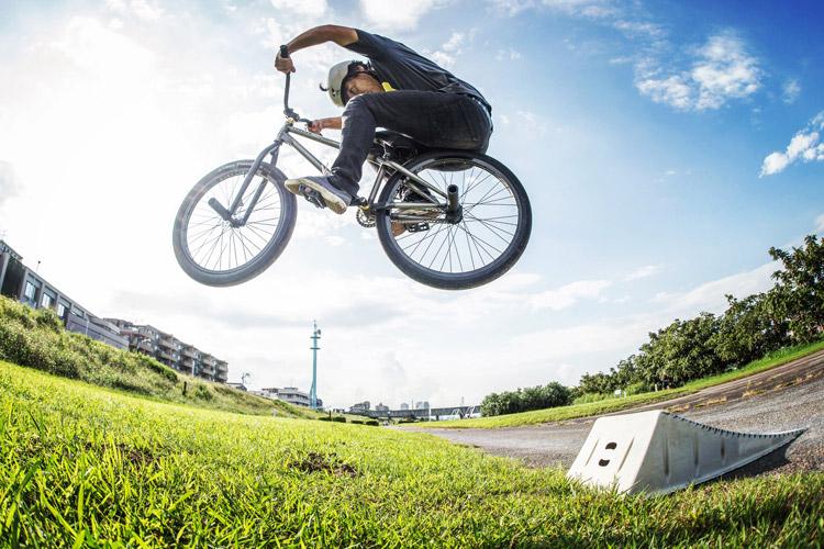 松平さんのSHAKA24 多摩川河原サイクリングコース 携帯ジャンプランプでの刺しバニーホップ練習