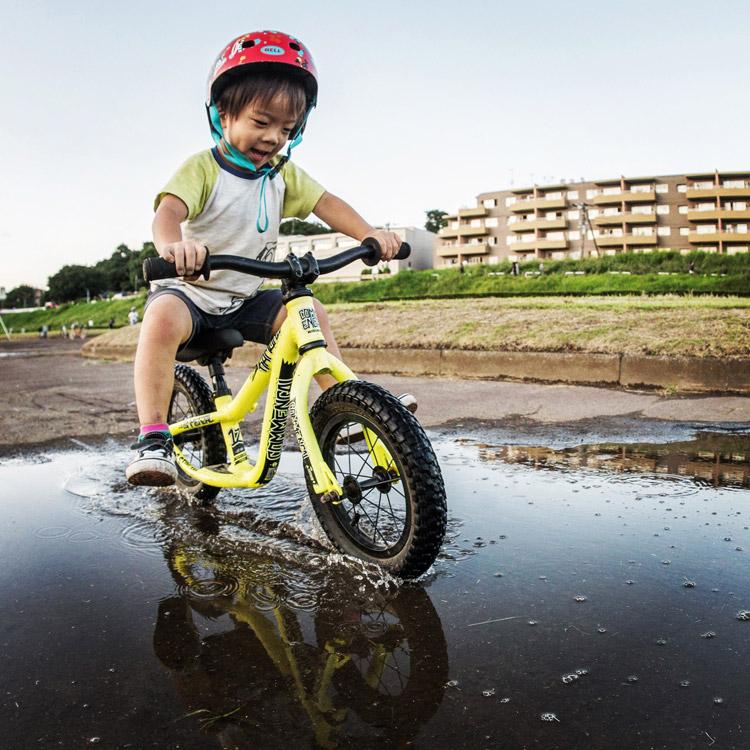 多摩川河原 ランバイク COMMENCAL RAMONES 12 で水たまりを走る叶大