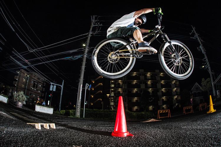 「スポーツバイクファクトリーふじみ野スズキ」で毎週金曜夜に開催されている「サタジュク」の佐多さんの縦コーン超えバニーホップ