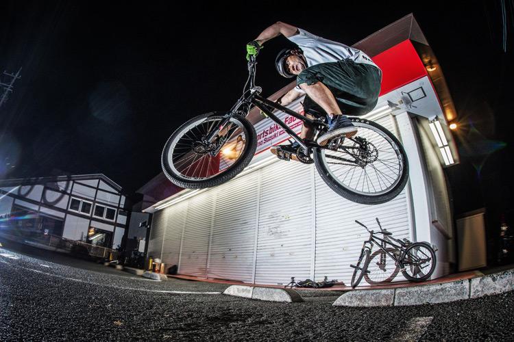 「スポーツバイクファクトリーふじみ野スズキ」で毎週金曜夜に開催されている「サタジュク」の佐多さんの車止めファイアークラッカー バニーホップ
