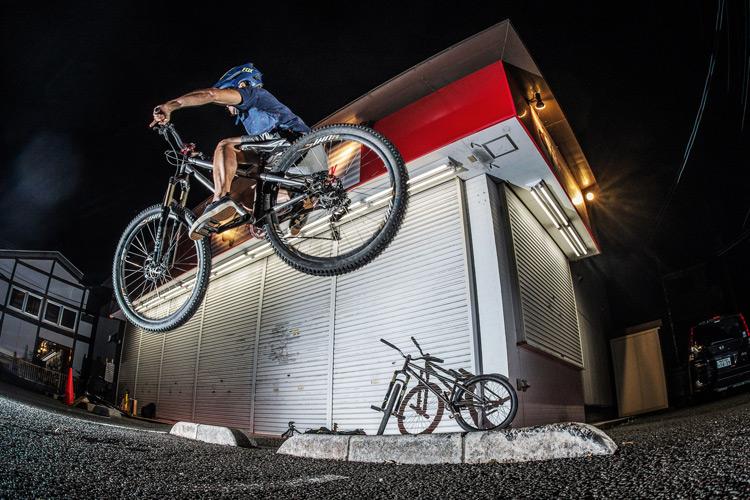 「スポーツバイクファクトリーふじみ野スズキ」で毎週金曜夜に開催されている「サタジュク」のサモの車止めファイアークラッカー バニーホップ croMOZU275 4th