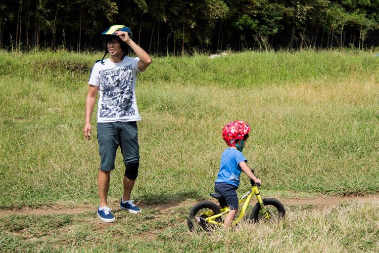 幕張でランバイクに乗る息子の世話をするサモ