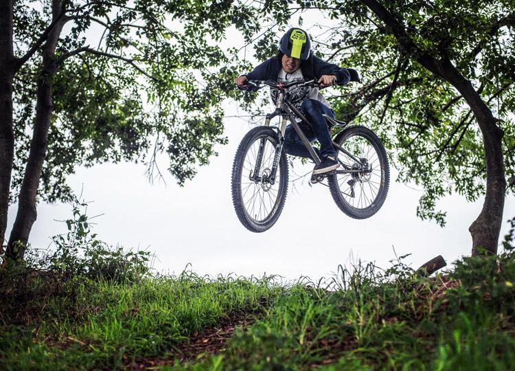 croMOZU275 4th 多摩川河原サイクリングコース 雨の中 倒木ファイアークラッカー バニーホップ
