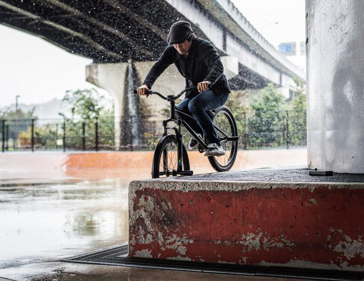 新横浜スケートパーク SHAKA24 スミスグラインド 雨の中