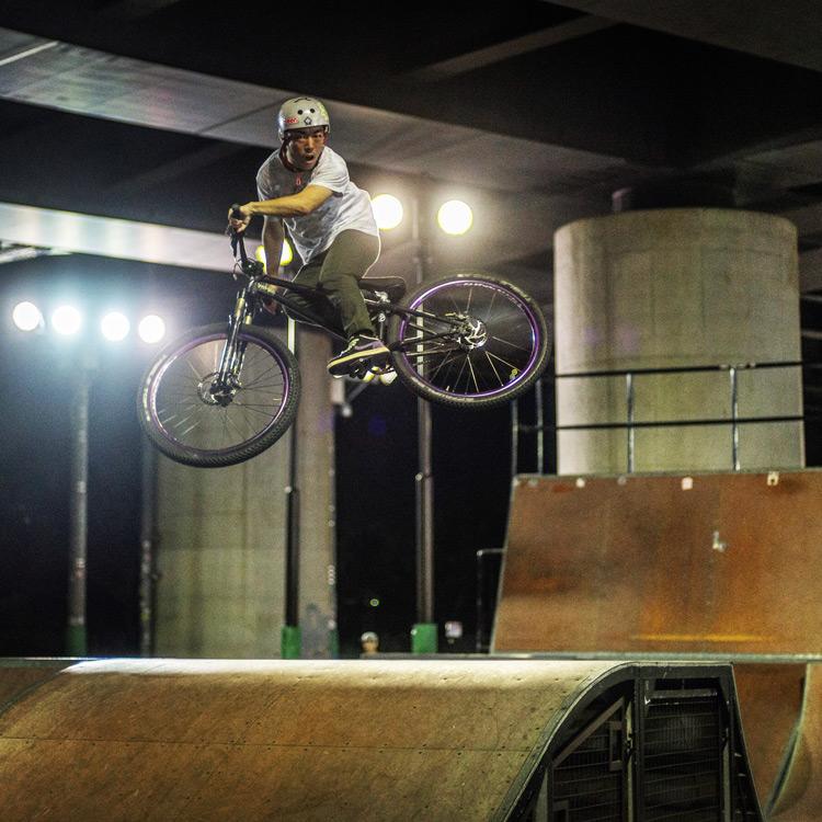 新横浜スケートパーク bori君のBOXジャンプでのモトウィップ