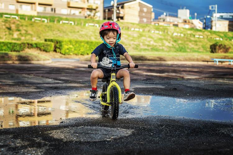 水たまりをランバイクで走る叶大