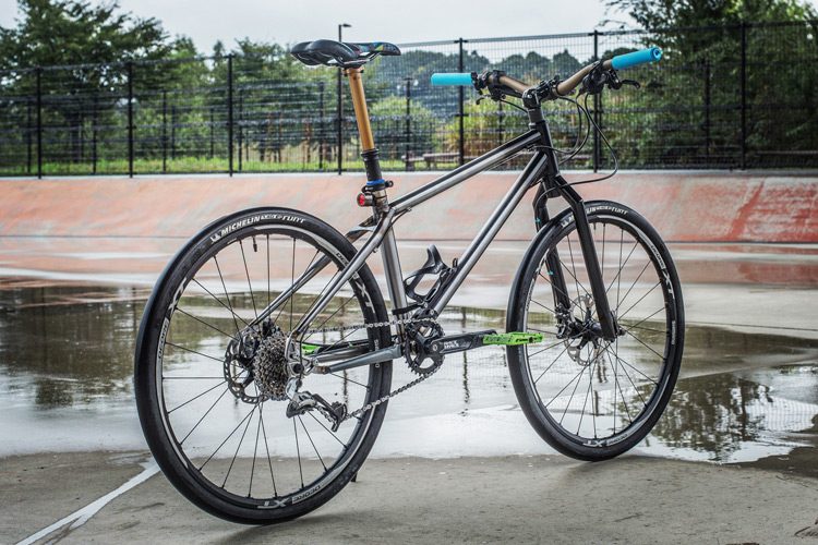 水野君のサイクリング、山岳サイクリング、公園トライアル兼用最新フレーム+フォーク by 岡安製作所