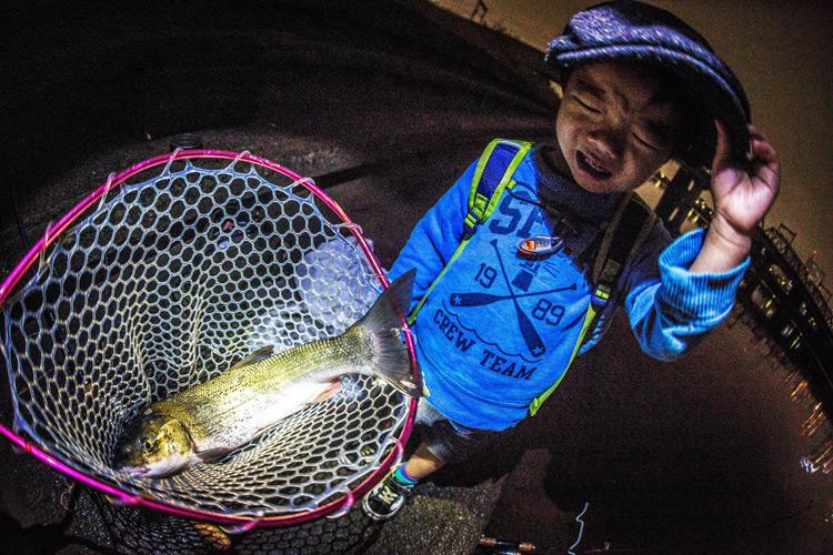 叶大と近所の多摩川で雨の中釣り 60cmオーバーのマルタウグイが釣れた
