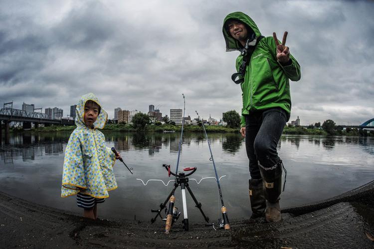 叶大と近所の多摩川で雨の中釣り