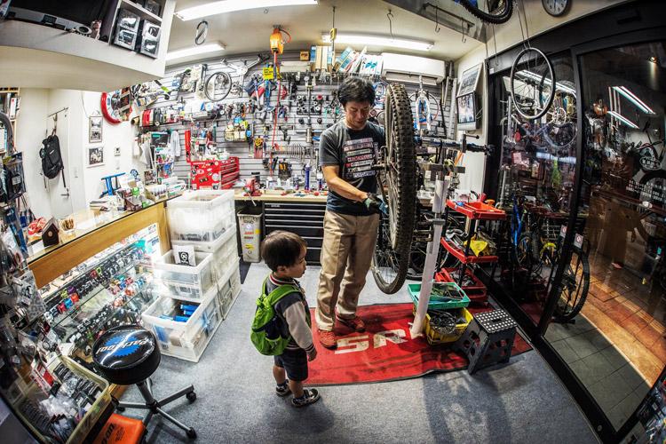 小川輪業にて叶大のバイクをチェック