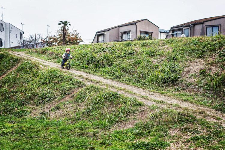 多摩川河原の土手をランバイク COMMENCAL RAMONES 12 で走り下りる叶大