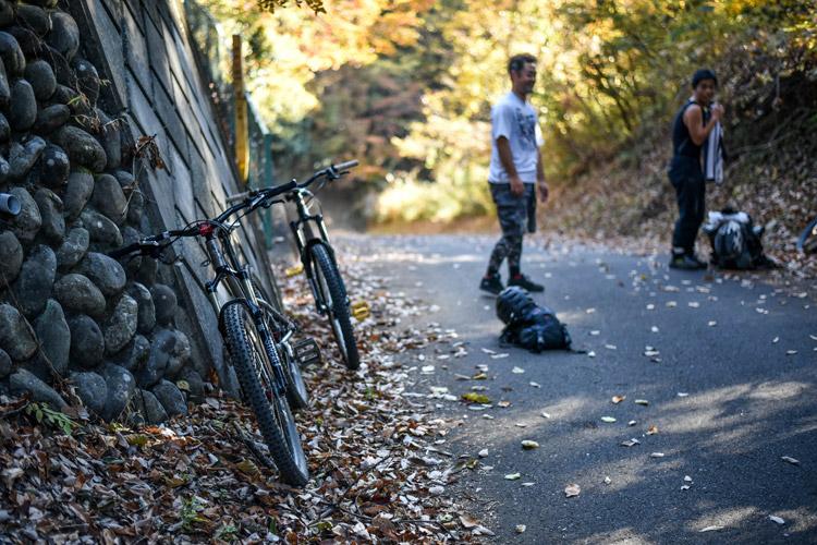 サタジュク塾長佐多さんアテンドで埼玉のトレイル走行 頂上で一休み