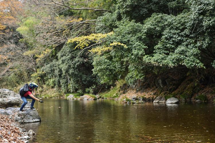 サタジュク塾長佐多さんアテンドで埼玉のトレイル  水切りをするサモ