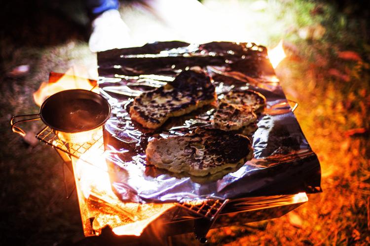 城南島海浜公園でオートキャンプ 焚き火でナンを焼く
