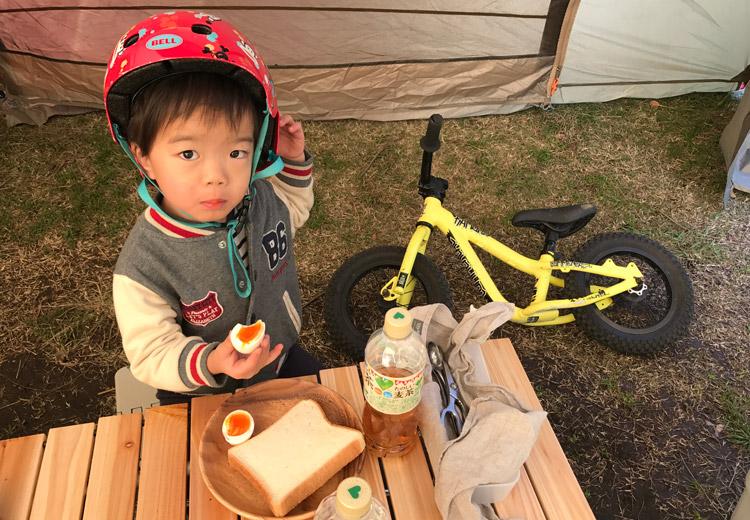 城南島海浜公園でオートキャンプ 起床した叶大はすぐにランバイクに乗る